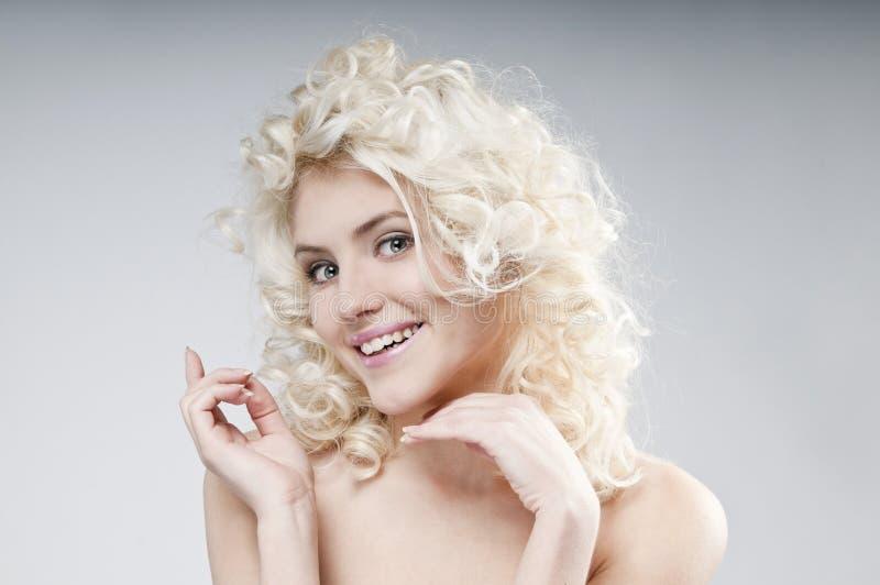 Ritratto di bellezza di giovane donna bionda attraente immagine stock libera da diritti