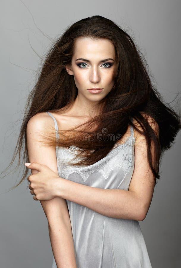 Ritratto di bellezza di giovane donna La ragazza castana con lungamente arruffa fotografie stock libere da diritti