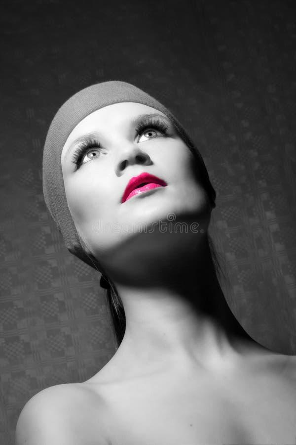 Ritratto di bellezza di una donna nel colore rosa fotografia stock libera da diritti