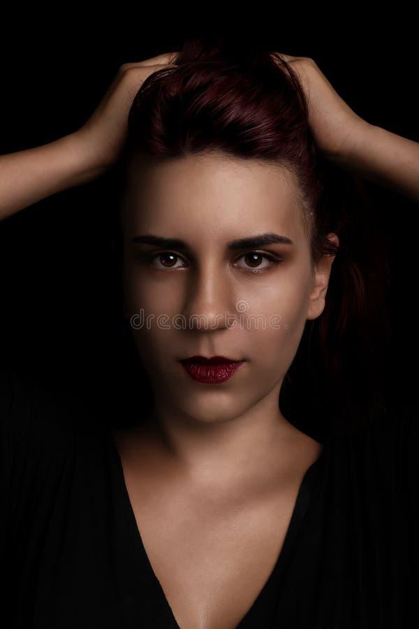 Ritratto di bellezza di una giovane donna sul nero fotografie stock libere da diritti