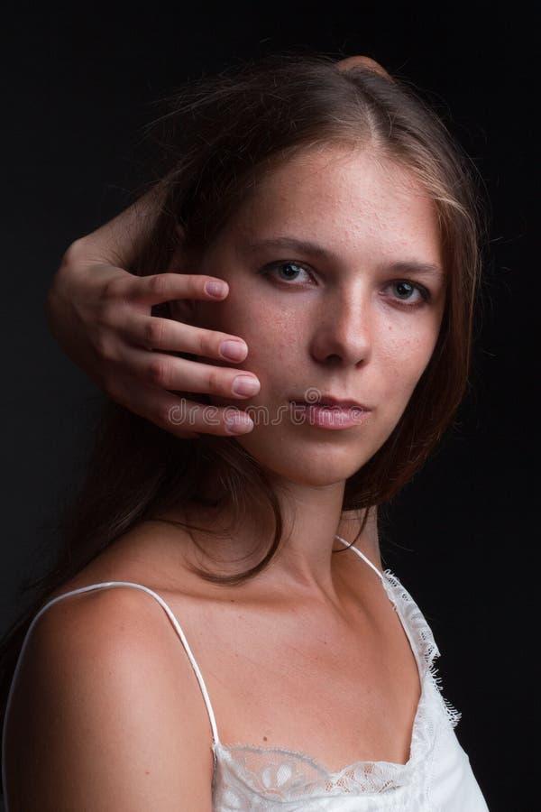 Ritratto di bellezza e di moda su uno sfondo scuro immagini stock
