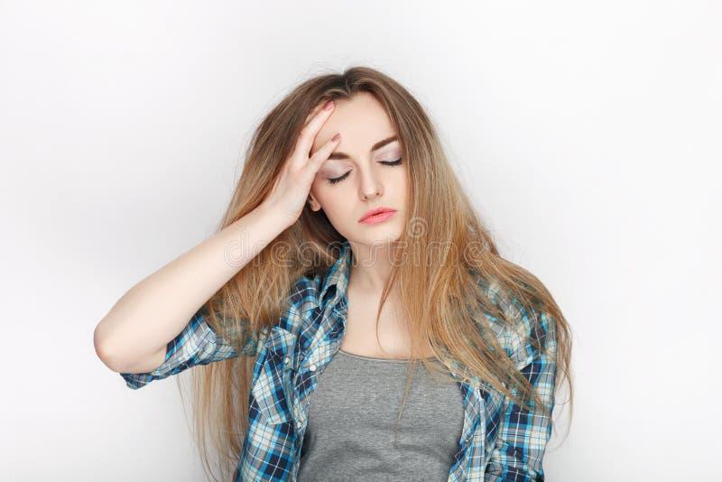 Ritratto di bellezza di giovane donna bionda sembrante fresca adorabile in camicia di plaid blu Concetto di espressione facciale  immagini stock libere da diritti