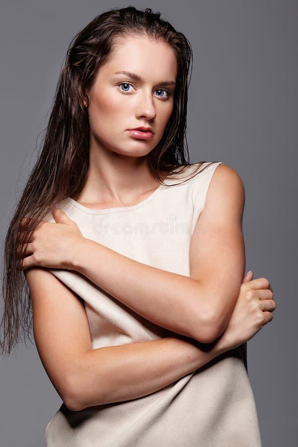 Ritratto di bellezza di giovane donna Ragazza castana con il blu luminoso e fotografie stock libere da diritti