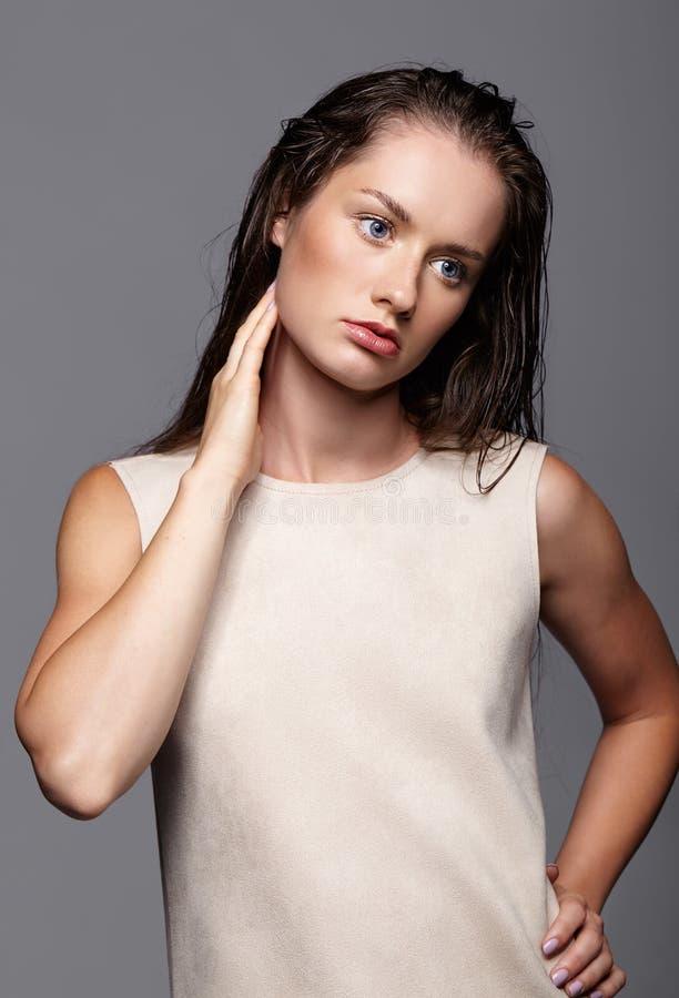 Ritratto di bellezza di giovane donna Ragazza castana con il blu luminoso e fotografia stock