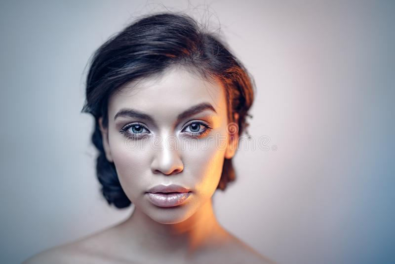 Ritratto di bellezza di giovane modello espressivo immagine stock libera da diritti