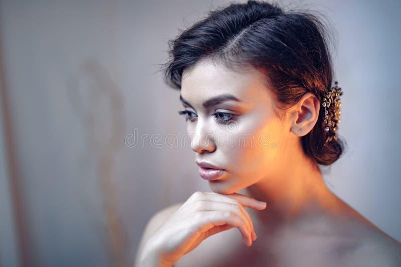 Ritratto di bellezza di giovane modello espressivo fotografie stock libere da diritti
