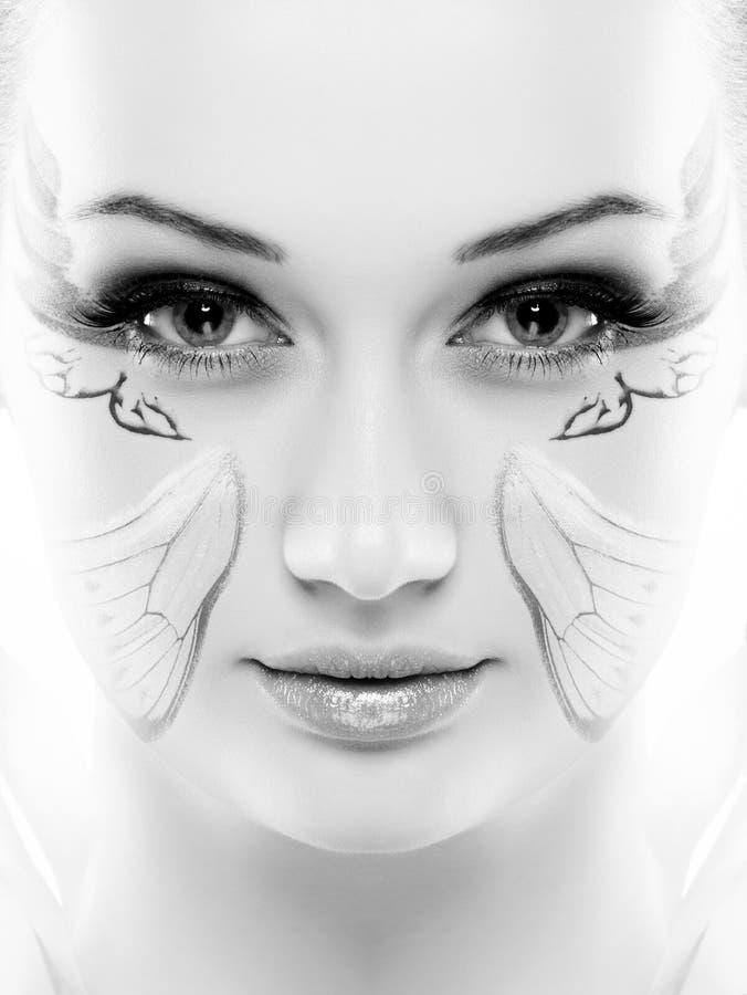 Ritratto di bellezza Su fondo bianco Primo piano fresco perfetto della pelle con la pittura del fronte Isolato su priorità bassa  fotografie stock