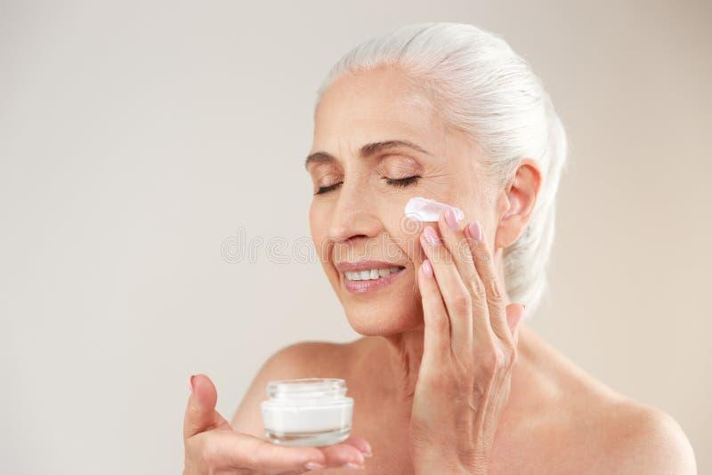 Ritratto di bellezza di una donna anziana mezzo nuda felice fotografia stock libera da diritti