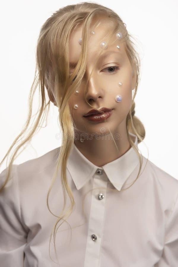 Ritratto di bello adolescente biondo sorridente Concettuale fotografia stock