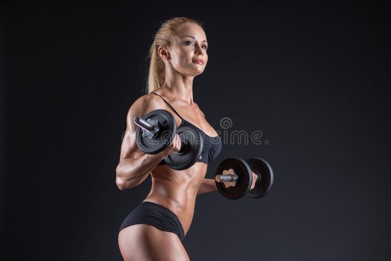 Ritratto di bello atleta della ragazza con una testa di legno in studio fotografia stock