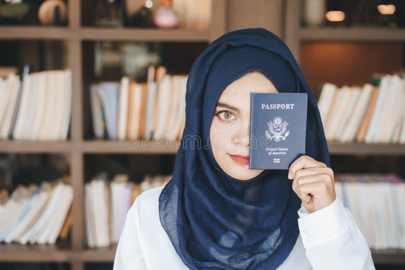Ritratto di bello giovane hijab musulmano del blu della donna fotografia stock