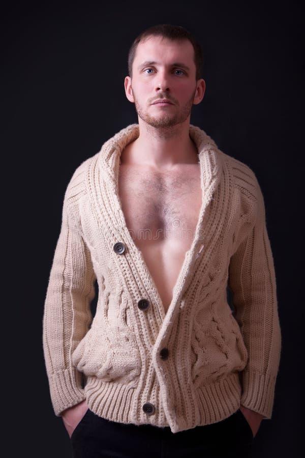 Ritratto di bello giovane in maglione immagini stock libere da diritti