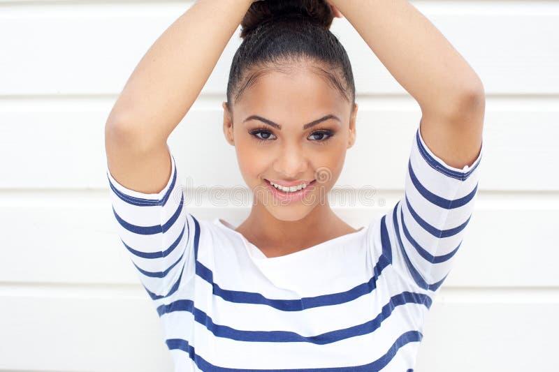 Ritratto di bello giovane sorridere latino delle donne fotografia stock