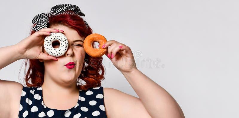 Ritratto di bello grasso allegro pi? la pin-up della donna di dimensione che porta un vestito dal pois isolato sopra fondo legger immagini stock