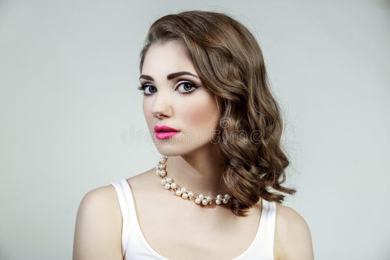 Ritratto di bello modello della donna con i grandi occhi azzurri e l'acconciatura ondulata immagini stock libere da diritti