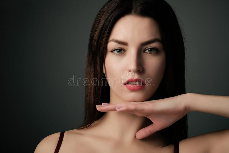 Ritratto di bello modello della ragazza con trucco di sera e l'acconciatura romantica Orli rossi fotografia stock libera da diritti
