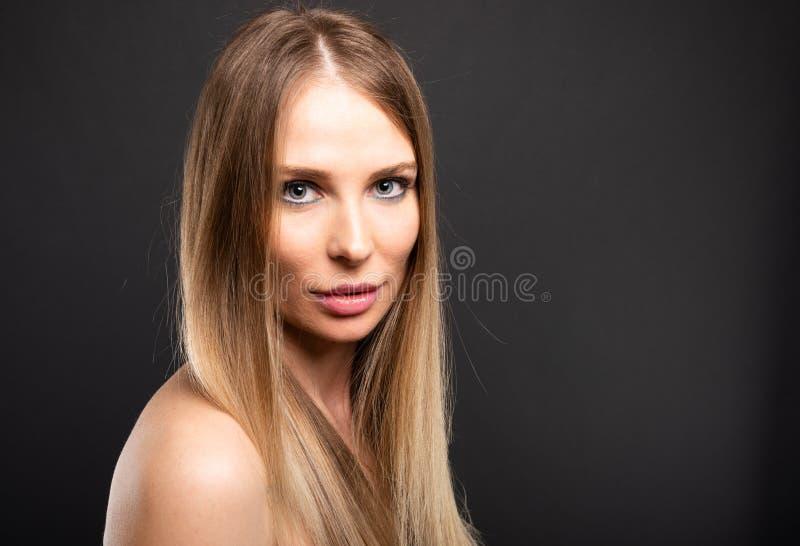 Ritratto di bello modello femminile che posa sguardo sensuale fotografia stock