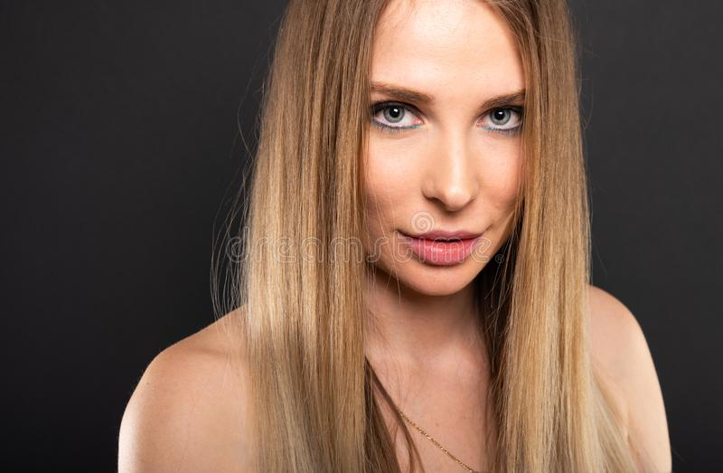 Ritratto di bello modello femminile che posa sguardo sensuale immagini stock