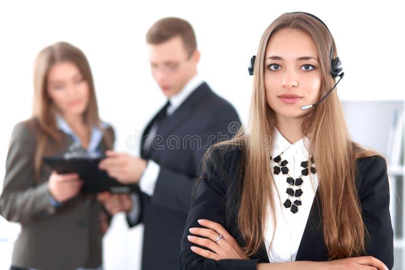 Ritratto di bello operatore sorridente allegro di chiamata sui precedenti della gente di affari Riuscita call center fotografia stock libera da diritti