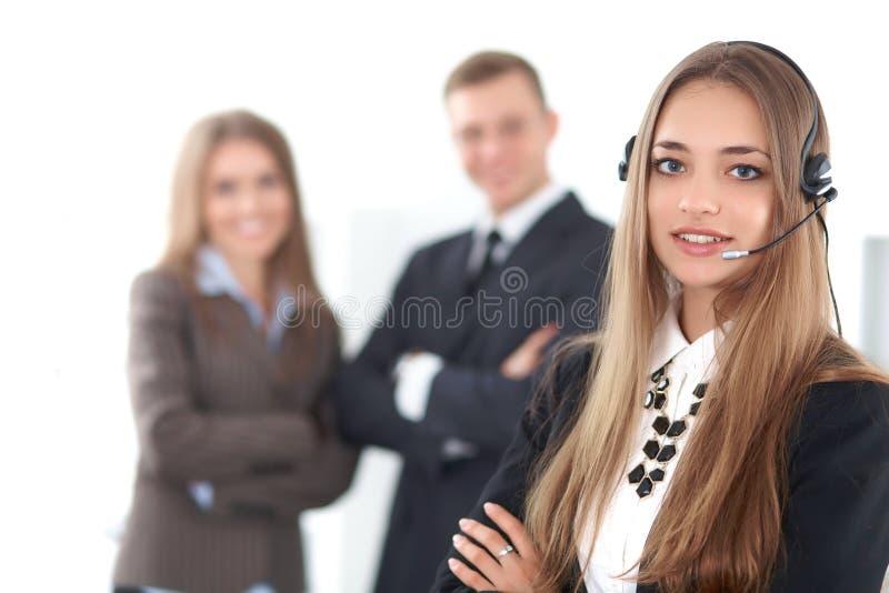Ritratto di bello operatore sorridente allegro di chiamata sui precedenti della gente di affari Riuscita call center fotografie stock libere da diritti
