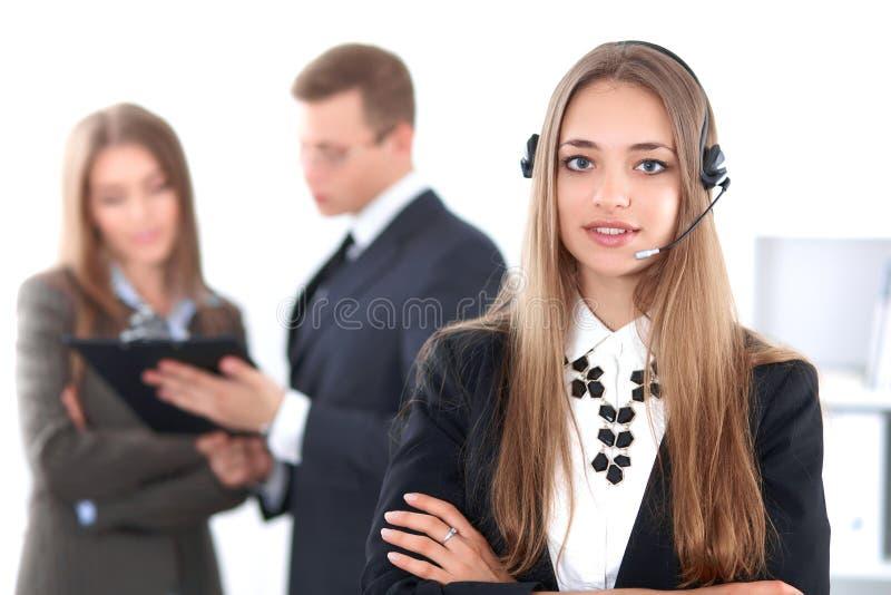 Ritratto di bello operatore sorridente allegro di chiamata sui precedenti della gente di affari Riuscita call center fotografia stock