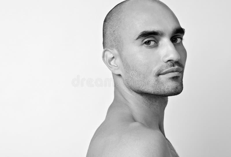 Ritratto di bello uomo calvo che esamina la sua spalla immagini stock libere da diritti
