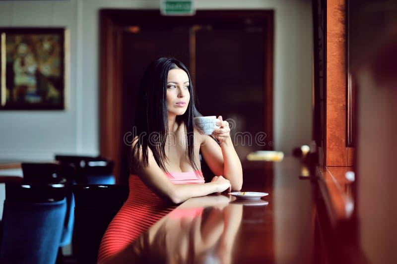 Ritratto di castana felice con la tazza in mani immagini stock libere da diritti