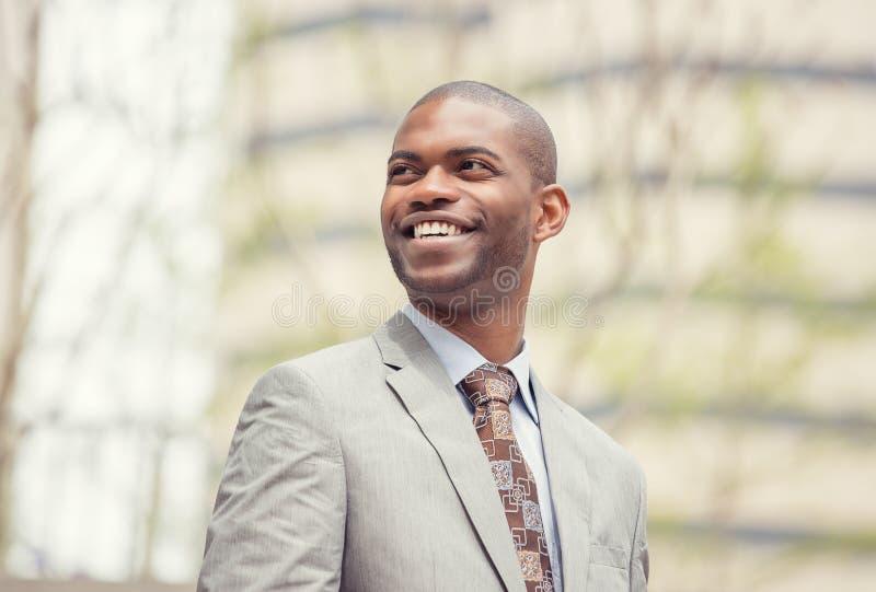 Ritratto di colpo in testa di risata sorridente del giovane uomo professionale immagini stock