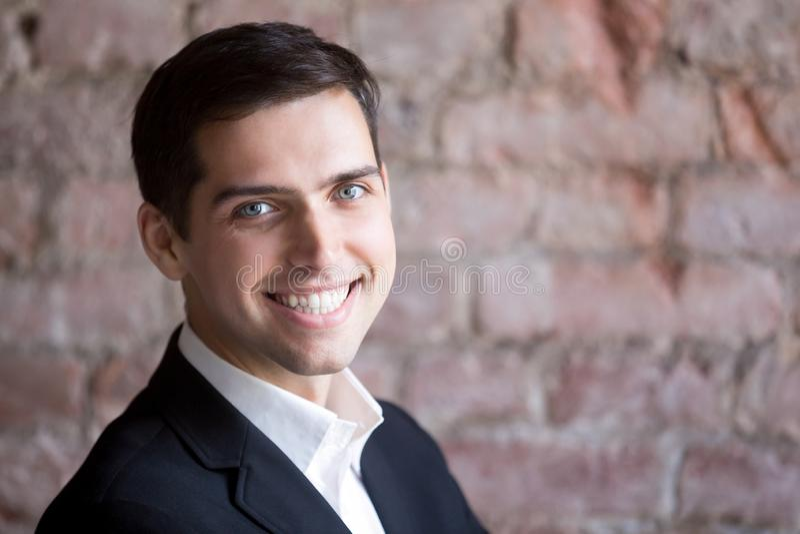 Ritratto di colpo in testa di riuscito uomo d'affari felice sicuro fotografie stock