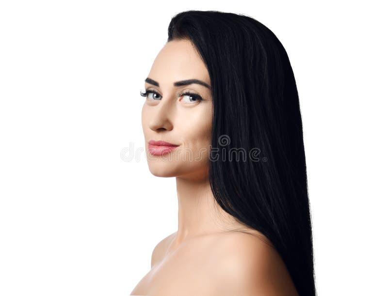 Ritratto di concetto della pubblicità della donna subito dopo la doccia castana con capelli perfetti diritti lunghi e gli sguardi immagine stock libera da diritti