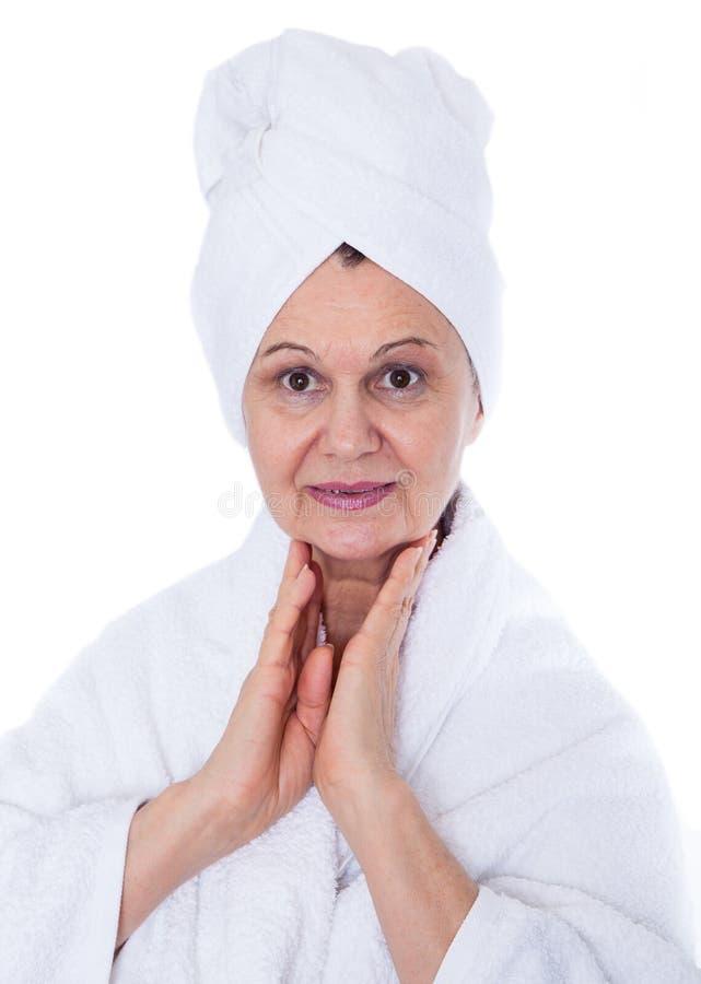Ritratto di concetto della stazione termale Bella donna invecchiata con l'asciugamano bianco sul suo fondo di headCity fatto di m fotografia stock