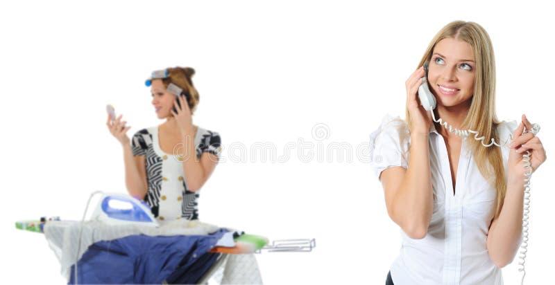 Ritratto di conversazione sorridente del telefono della donna di affari immagine stock libera da diritti