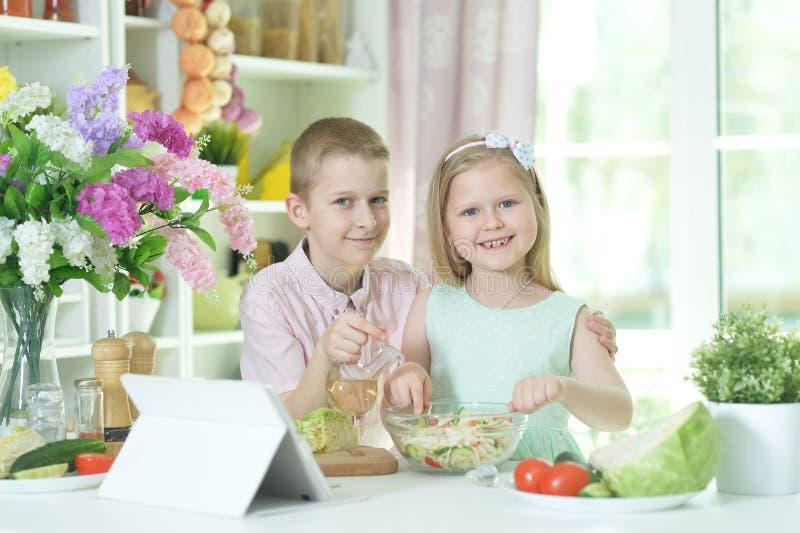 Ritratto di cottura sveglia della sorella e del fratello piccolo immagini stock libere da diritti
