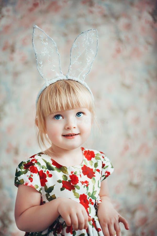 Ritratto di divertimento di una bambina sveglia con le orecchie del coniglietto fotografia stock libera da diritti
