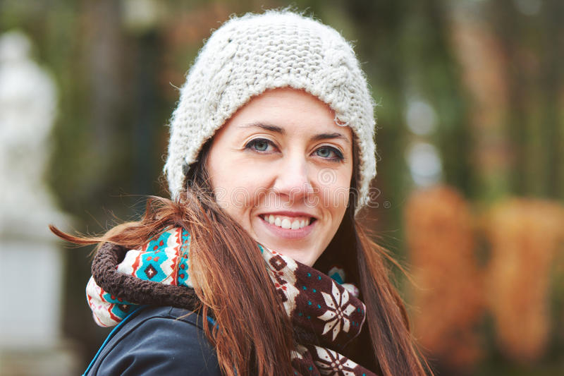 Ritratto di donna abbastanza bella dei giovani nell'inverno freddo soleggiato noi fotografie stock libere da diritti