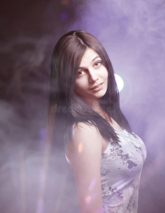 Ritratto di donna abbastanza giovane EFFETTO DELLE NUVOLE Isolato fotografie stock