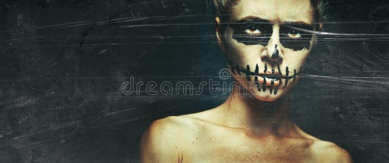 Ritratto di donna con teschio di Halloween con spazio per il testo Orrore: concetto di scheletro di orrore Immagini tonalizzate c immagini stock libere da diritti