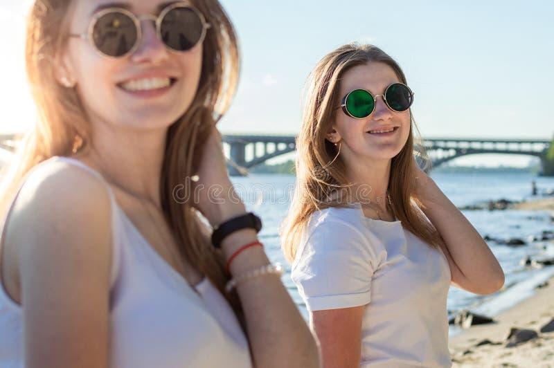 Ritratto di due ragazze sulla spiaggia immagini stock