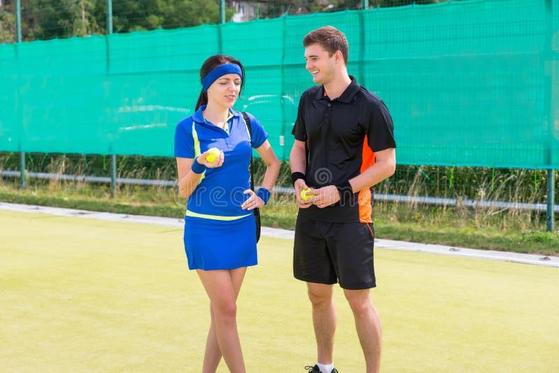 Ritratto di due tennis che parlano e che tengono pallina da tennis immagini stock