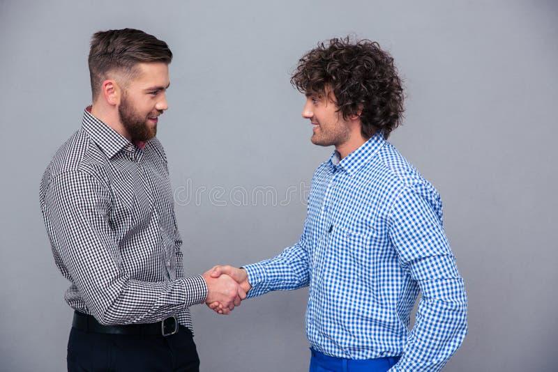 Ritratto di due uomini casuali che fanno stretta di mano fotografie stock libere da diritti