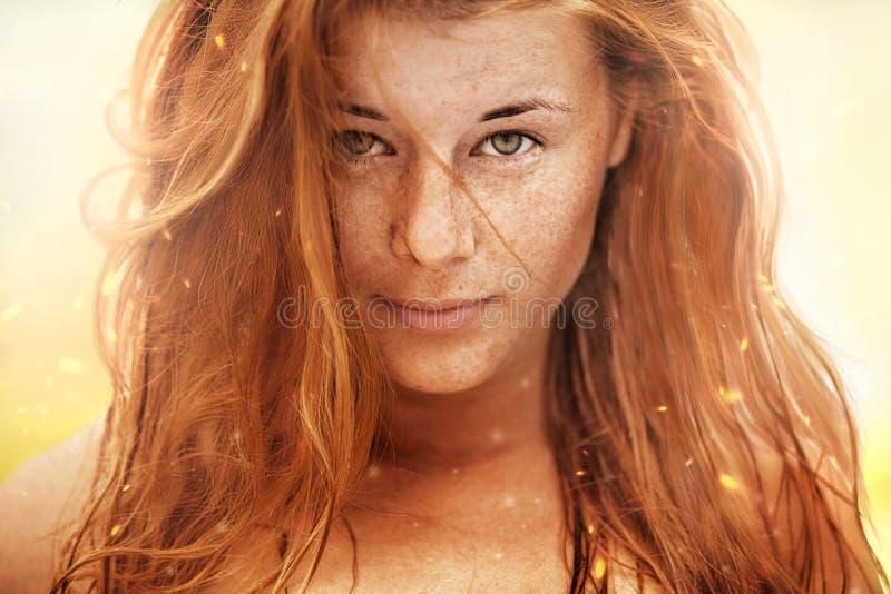 Ritratto di estate, bella giovane donna freckled fotografie stock