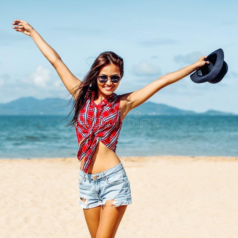 Ritratto di estate della ragazza felice sulla spiaggia fotografie stock