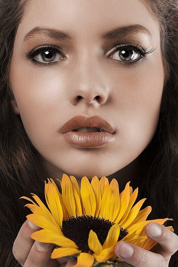 Ritratto di estate di una ragazza con il girasole immagini stock