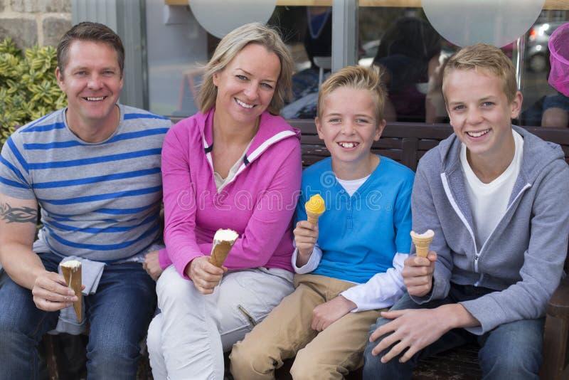 Ritratto di famiglia di quattro fotografia stock libera da diritti