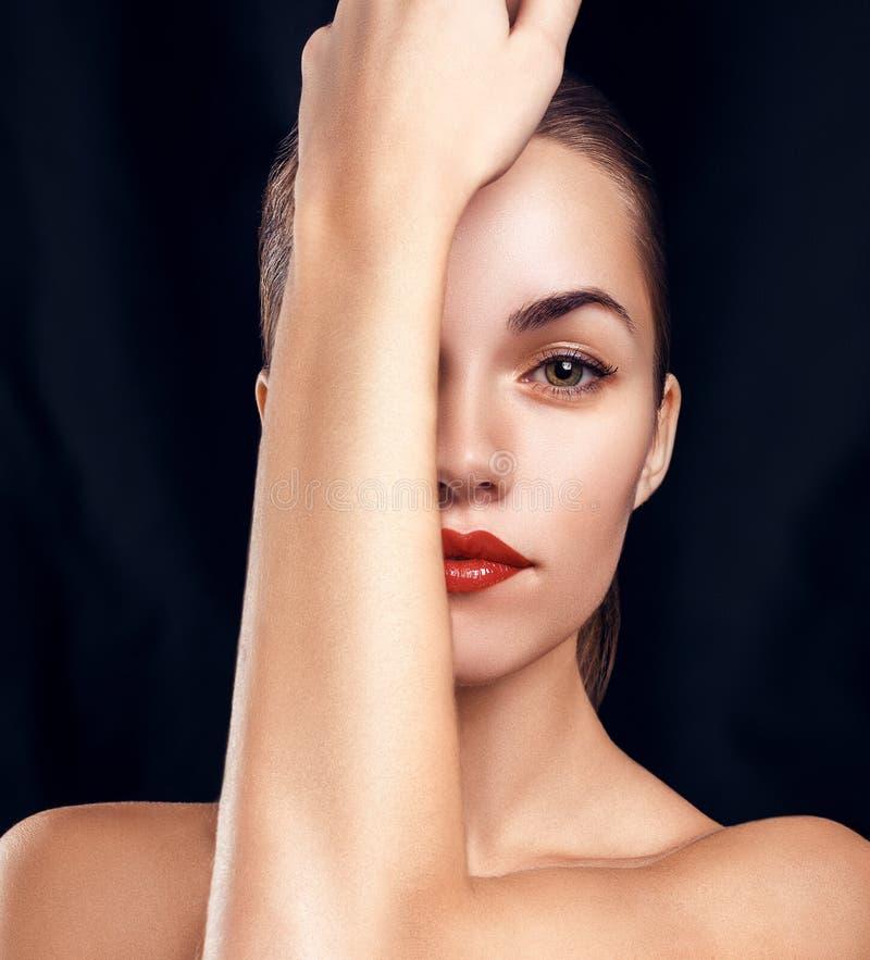 Ritratto di fascino di bella donna con trucco luminoso immagine stock