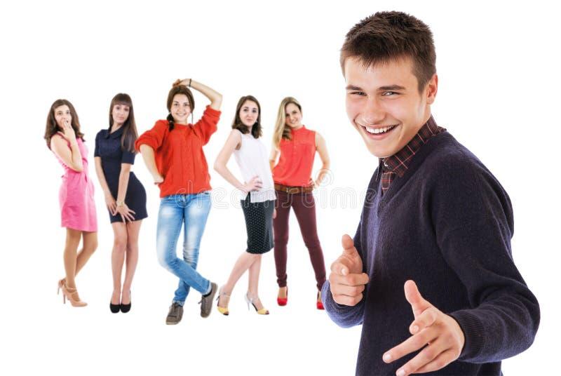 Ritratto di flirt del ragazzo con le ragazze del gruppo immagini stock