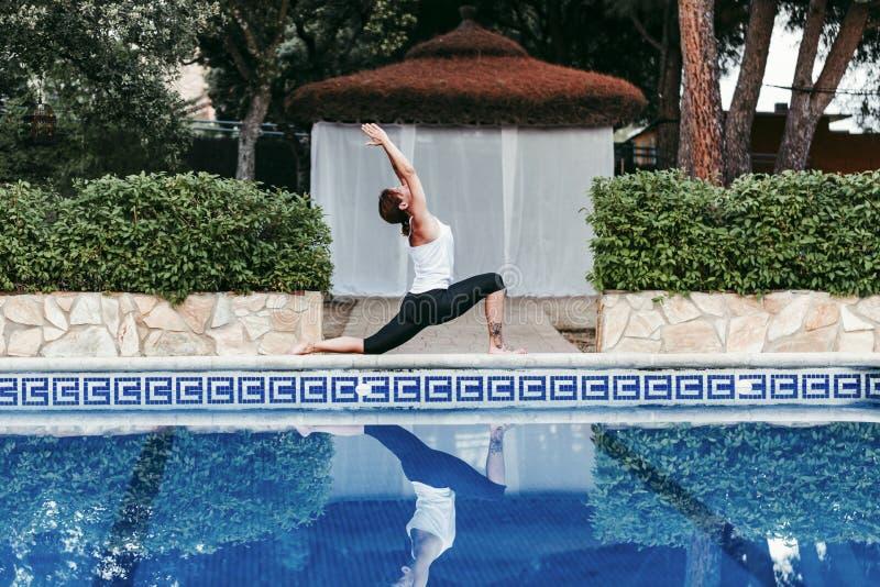 Ritratto di forma fisica della giovane donna, yoga, ente sano alla piscina Concetto di libert? all'aperto Yoga e consapevolezza fotografia stock libera da diritti
