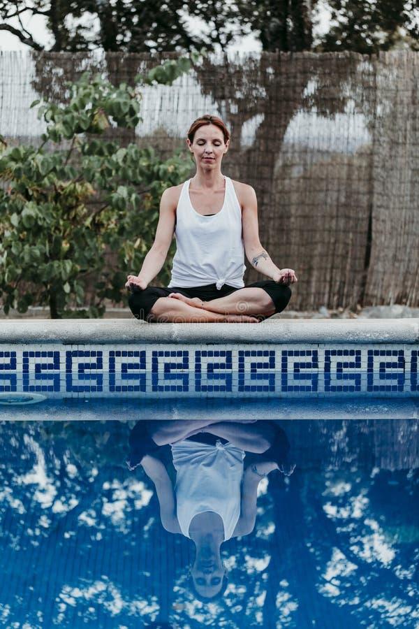 Ritratto di forma fisica della giovane donna, yoga, ente sano alla piscina Concetto di libert? all'aperto Yoga e consapevolezza fotografia stock