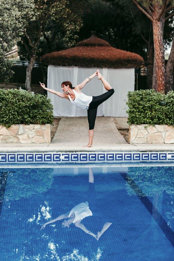 Ritratto di forma fisica della giovane donna, yoga, ente sano alla piscina Concetto di libert? all'aperto Yoga e consapevolezza immagini stock libere da diritti