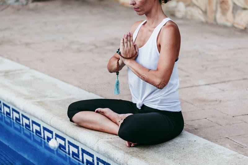 Ritratto di forma fisica della giovane donna, yoga, ente sano alla piscina Concetto di libert? all'aperto Yoga e consapevolezza fotografie stock